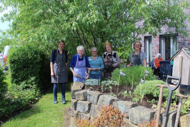 das Ergebnis kann sich sehen lassen, alles gepflanzt. v.l.n.r. Conny, Maria Zudrop, Bärbel Dünninghaus, Caecilia Horstmann (alles Mieterinnen) Anne Vosswinkel