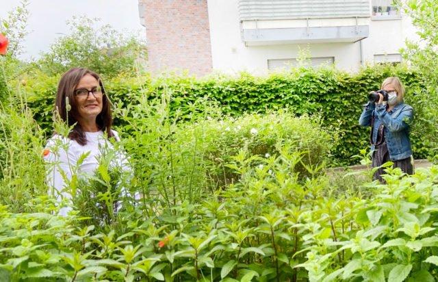 Der Garten des St. Franziskus Hauses wurde zum Fotostudio: die Mitarbeiterinnen der Senioren-WG haben neue Fotos für den Eingangsbereich bekommen.