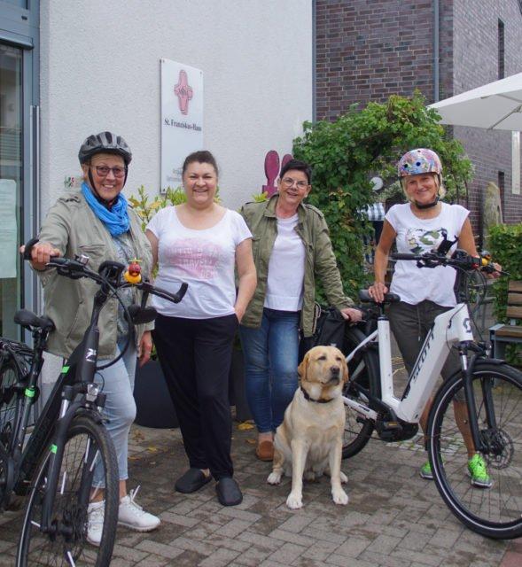 Alle mit dem Radl da: (v.l.) Martina Rolf-Fuest, Swetlana Chomutskija, Annette Nordhorn und Beate Galbraith. Hund Leo geht zu Fuß.